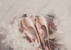 Różowi baletniczy pointe buty, piórko na białym drewnianym tle i Zdjęcia Royalty Free