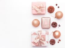 Różowi boże narodzenie prezenty odizolowywający na białym tle Zawijający xmas boksuje, boże narodzenie ornamenty, baubles i sosna fotografia stock
