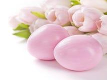 Różowi Easter jajka, tulipany i Zdjęcie Stock