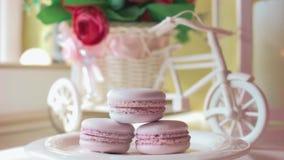 Różowi francuscy macarons pod szkłem na drewnianych deskach, miękki ostrości tło Cukierki pustynia W kawiarni zbiory wideo