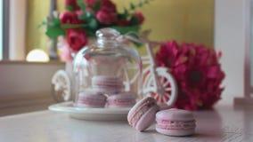 Różowi francuscy macarons pod szkłem na drewnianych deskach, miękki ostrości tło Cukierki pustynia W kawiarni zbiory