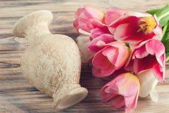 Różowi i żółci tulipany i waza Fotografia Stock