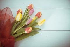 Różowi i żółci tulipany na drewnie Fotografia Stock
