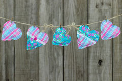 Różowi i błękitni serca wiesza na clothesline podławym drewna ogrodzeniem Obraz Royalty Free