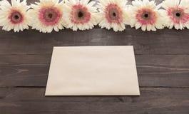 Różowi i biali gerbera kwiaty są w drewnianym tle z kartą Obrazy Royalty Free