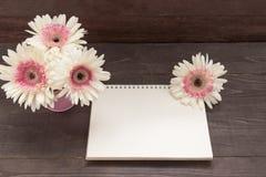 Różowi i biali gerbera kwiaty są w flowerpot na drewnie, Obraz Stock
