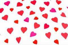 Różowi i czerwoni serca cią out od papieru na bielu Obrazy Stock