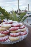 Różowi i naturalni ciastka z prochowym cukierem obrazy royalty free