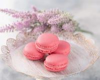 Różowi macaroons na roczniku matrycują i kwiaty Pastel barwiący fotografia royalty free