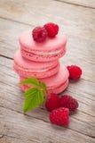 Różowi malinowi macaron ciastka Zdjęcia Stock