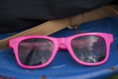 Różowi okulary przeciwsłoneczni odbija chmurnego niebo obraz royalty free