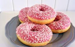 Różowi oszklonych donuts na półkowym Drewnianym deski tle Obraz Royalty Free