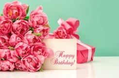 Różowi tulipany, prezenta ang kartka z pozdrowieniami wszystkiego najlepszego z okazji urodzin Zdjęcie Royalty Free