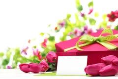 Różowi tulipany, pusta karta i prezenta pudełko, zdjęcia royalty free