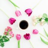 Różowi tulipany, róże i czarna kawa na białym tle, Mieszkanie nieatutowy Odgórny widok Walentynka dnia tło Fotografia Royalty Free