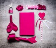 Różowi walentynka dnia dekoraci narzędzia: serce, faborek, pętla, kluczowy kędziorek, balon, dzień książka na kamiennym tle, odgó Zdjęcia Stock