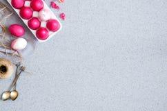 Różowi Wielkanocni jajka na popielatym stołowym wierzchołku robić sztuczny akrylowy kamień minimalista Kreatywnie pojęcie Wielkan zdjęcia stock