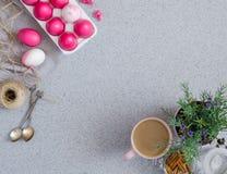 Różowi Wielkanocni jajka na popielatym stołowym wierzchołku robić sztuczny akrylowy kamień minimalista Kreatywnie pojęcie Wielkan fotografia royalty free