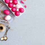 Różowi Wielkanocni jajka na popielatym stołowym wierzchołku robić sztuczny akrylowy kamień minimalista Kreatywnie pojęcie Wielkan obrazy royalty free