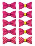 Różowy łęku krawat z kolorem żółtym kropkuje ustaloną realistyczną wektorową ilustrację royalty ilustracja
