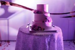 Różowy ślubny tort z kwiatami i czarnymi jagodami na stole Rocznika styl dla ślubów, urodziny obrazy stock