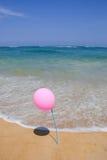 Różowy balon na niebieskim niebie i plaży Obraz Stock