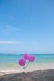 Różowy balon na niebieskim niebie i plaży Obrazy Stock