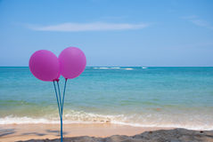 Różowy balon na niebieskim niebie i plaży Fotografia Stock
