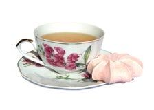 Różowy beza tort, biała filiżanka zielona herbata i spodeczek z obrazkiem menchie, kwitniemy na białym tle obrazy royalty free