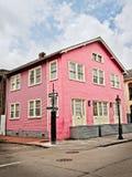 Różowy budynek z Żółtymi drzwiami w dzielnicie francuskiej obrazy royalty free