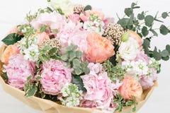 różowy bukiet róże, hortensja i eukaliptus, Zdjęcie Royalty Free
