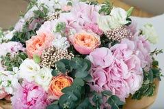 różowy bukiet róże, hortensja i eukaliptus, Zdjęcia Stock