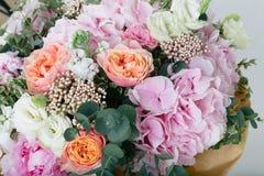 różowy bukiet róże, hortensja i eukaliptus, Obrazy Royalty Free