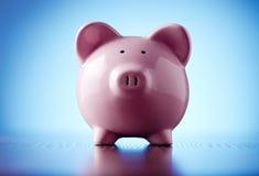 Różowy ceramiczny prosiątko bank na błękicie Zdjęcie Royalty Free