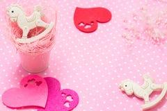 Różowy dziewczynka temat 2 kołysają konik zabawki w różowym małym wiadrze i odczuwanym serca mieszkaniu nieatutowych Odgórny wido Obrazy Stock