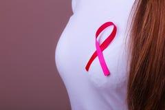 Różowy faborek na kobiety klatce piersiowej wspierać nowotwór piersi przyczynę Fotografia Royalty Free