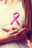 Różowy faborek na kobiety klatce piersiowej wspierać nowotwór piersi przyczynę Obrazy Stock
