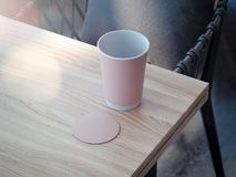 Różowy filiżanki i kabotażowa mockup lying on the beach na drewnianym stole, 3d rendering Ilustracji