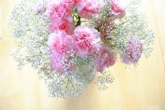 Różowy goździka kwiat Boquet na stole Zdjęcia Royalty Free