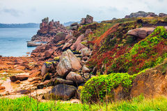Różowy granitu wybrzeża widok, granit kołysa w Tregastel (Perros-G Zdjęcia Stock