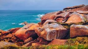 Różowy granitu wybrzeża widok, granit kołysa w Tregastel (Perros-G Obrazy Stock