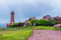 Różowy granitu wybrzeża widok, granit kołysa w Tregastel (Perros-G Zdjęcie Royalty Free