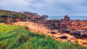 Różowy granitu wybrzeża widok, granit kołysa w Tregastel (Perros-G Fotografia Stock
