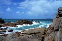 Różowy granitu wybrzeże na wietrznym dniu blisko Perros Guirec w Brittany Francja obraz stock