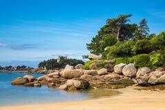 Różowy granitu wybrzeże w Brittany blisko Ploumanach, Francja Fotografia Stock