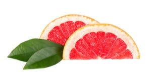 Różowy grapefruitowy i plasterki odizolowywający na białym tle z ścinek ścieżką Odosobneni grapefruits Świeży grapefruitowy z zdjęcia stock