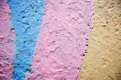 Różowy grunge tło Ściana z barwionym wybielaniem spada daleko czerep jako tło tekstura obraz royalty free