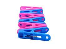Różowy i błękitny clothespin na bielu Zdjęcia Royalty Free