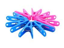 Różowy i błękitny clothespin na bielu Obrazy Stock