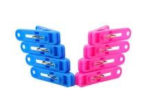Różowy i błękitny clothespin na bielu Obraz Stock